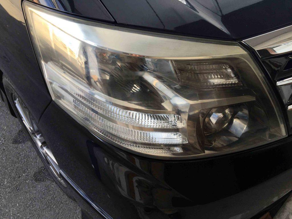トヨタアルファードの劣化し黄ばみが発生したヘッドライトの運転席側