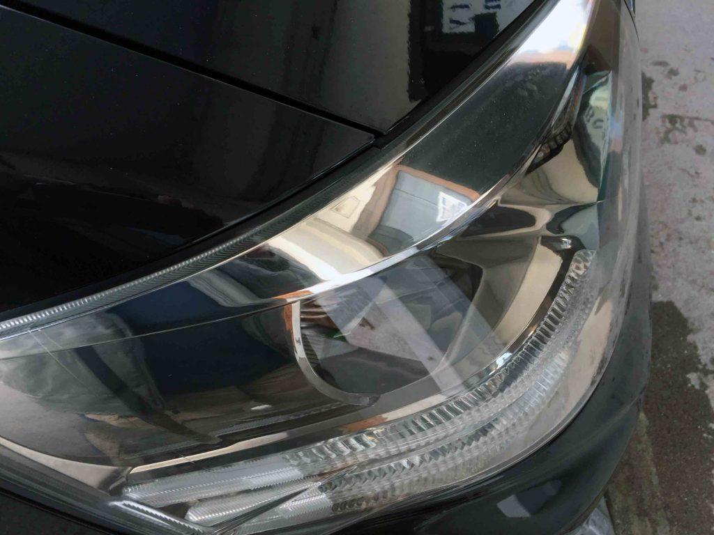 トヨタアルファードのヘッドライト上部の劣化を除去しクリアーなレンズに復活