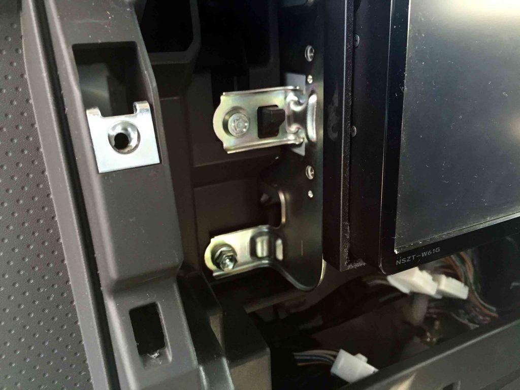 トヨタFJクルーザーの純正オプションナビに盗難防止ロックボルトが付いています