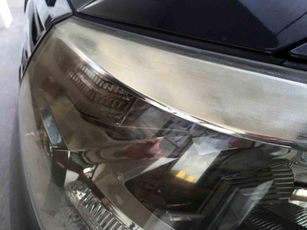 トヨタアルファードのヘッドライトレンズ上部が一番劣化が進んでいます。
