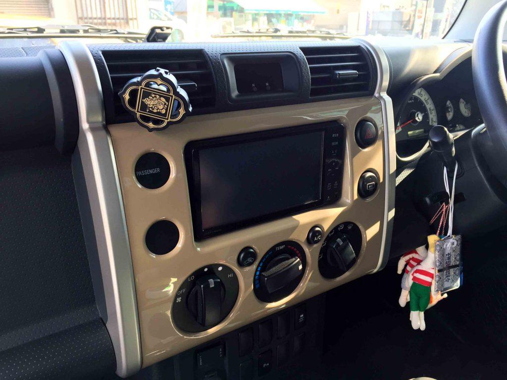 トヨタFJクルーザーに取り付けられている純正オプションNSZT-W61Gナビ