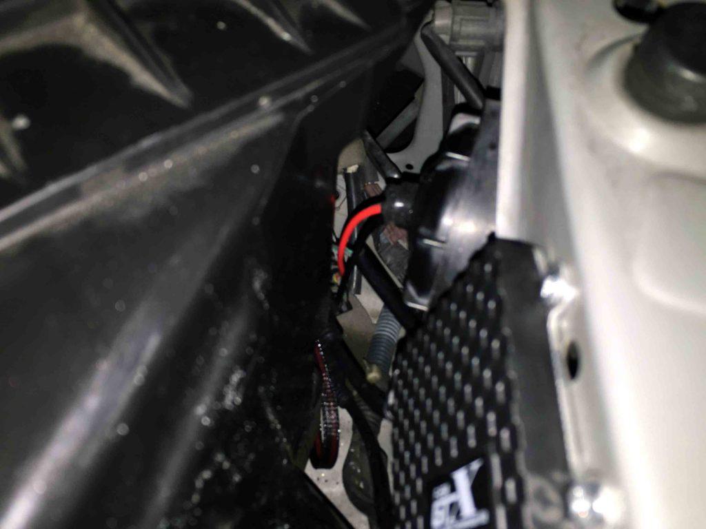 日産Y34グロリアのヘッドライト裏蓋を穴開けしバーナー配線類を通します
