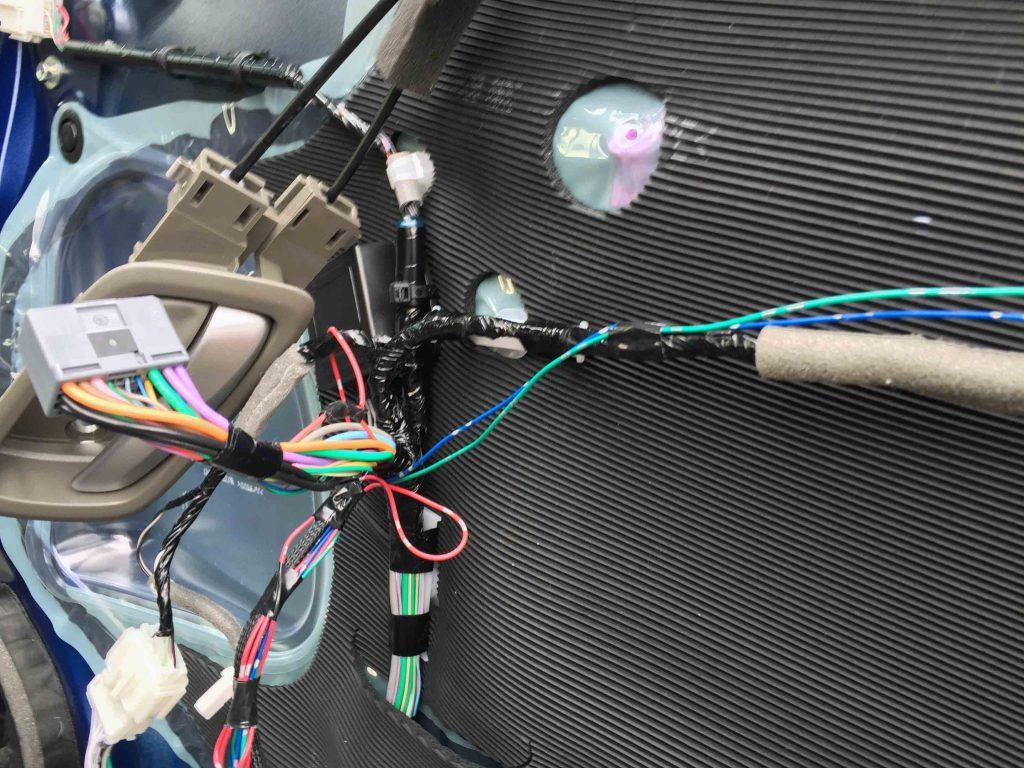 ホンダRP1ステップワゴンにドアミラー格納ユニット配線を接続します