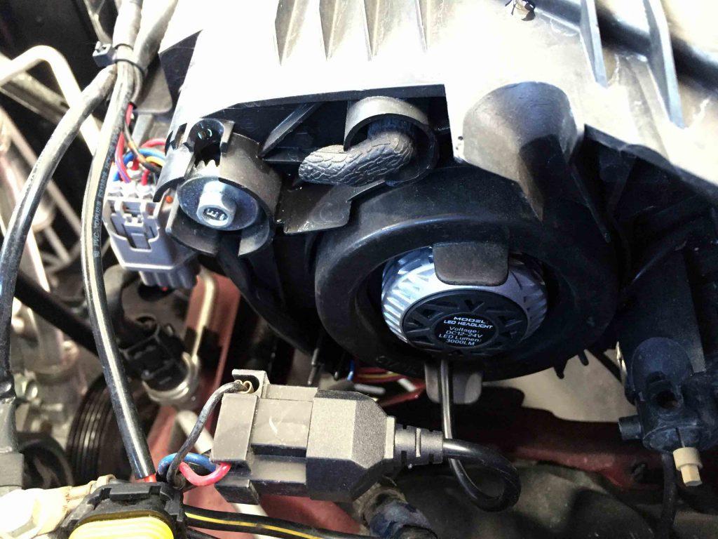 マツダデミオのヘッドライトにLEDヘッドランプ本体を固定し配線を接続します