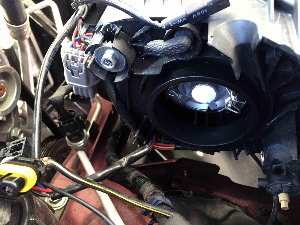マツダデミオのヘッドライトへLEDヘッドランプの台座を固定します