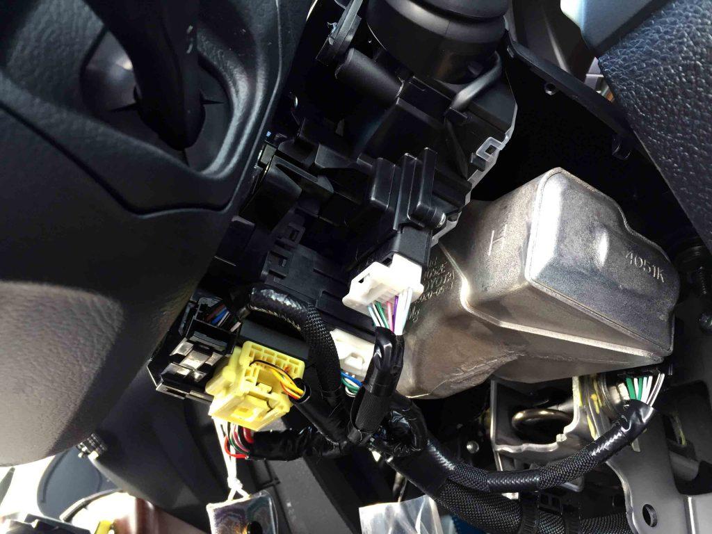 トヨタ150系プラドのステアリングリモコン配線を接続します