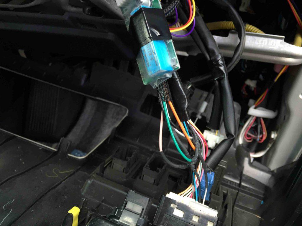 トヨタ30系ハリアーへ取り付けるキーレス連動ドアミラー格納ユニットの各配線を接続します