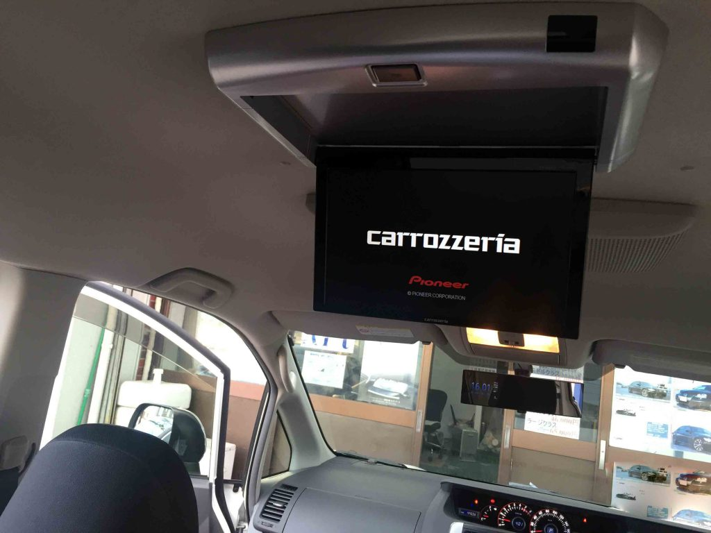 トヨタ70系ヴォクシーへ取り付けたフリップダウンモニター