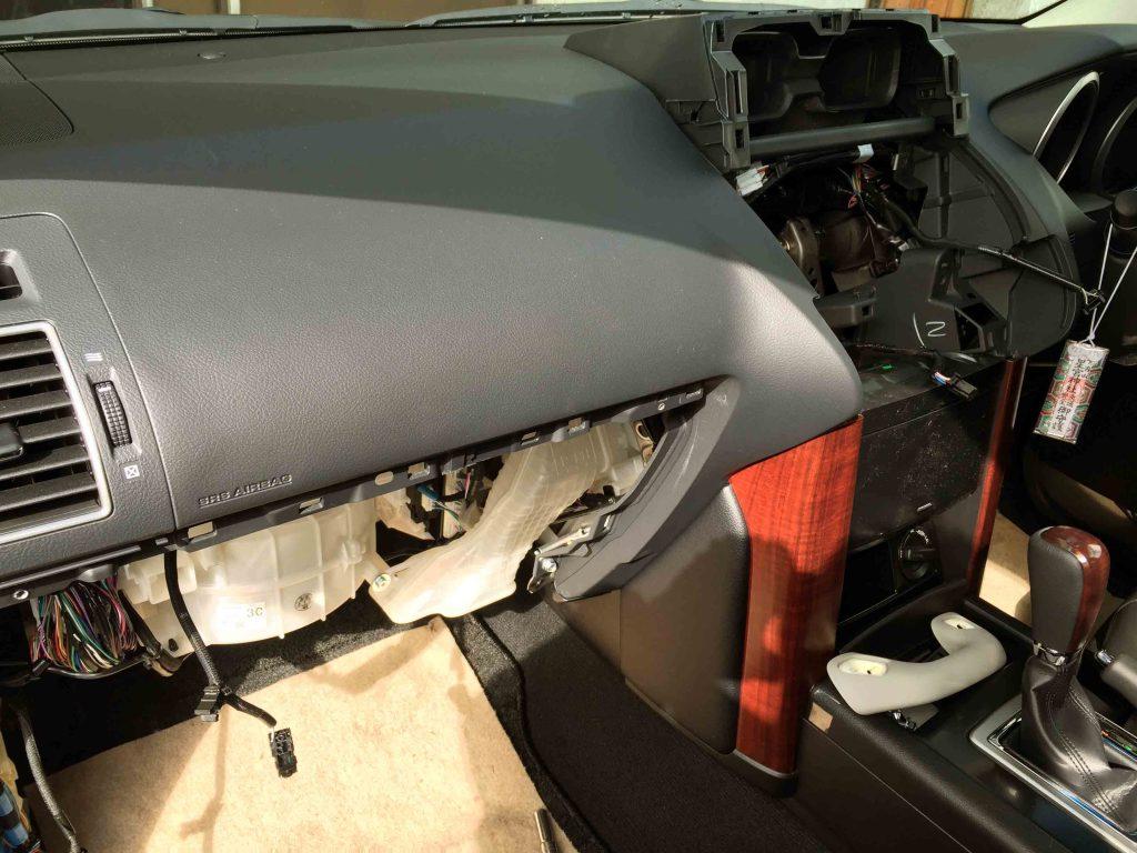 トヨタ150系プラドへナビを取り付ける為、各パネル類を取り外します