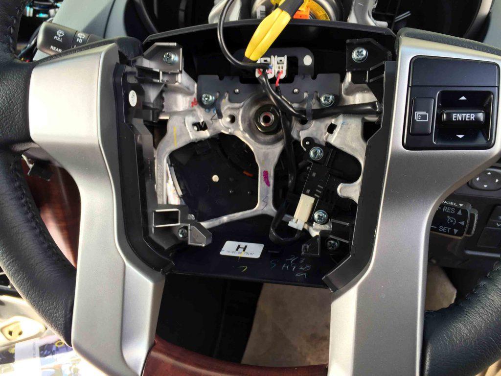 トヨタ150系プラドに後付けステアリングリモコンを取り付ける為エアバックを外します