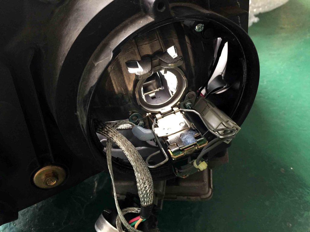 ホンダRF3ステップワゴンのヘッドライトバーナーを取り外し交換