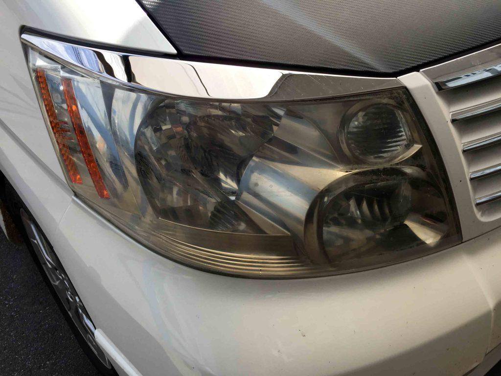 トヨタ10系アルファードのヘッドライトレンズ表面の劣化で黄ばみが発生しています
