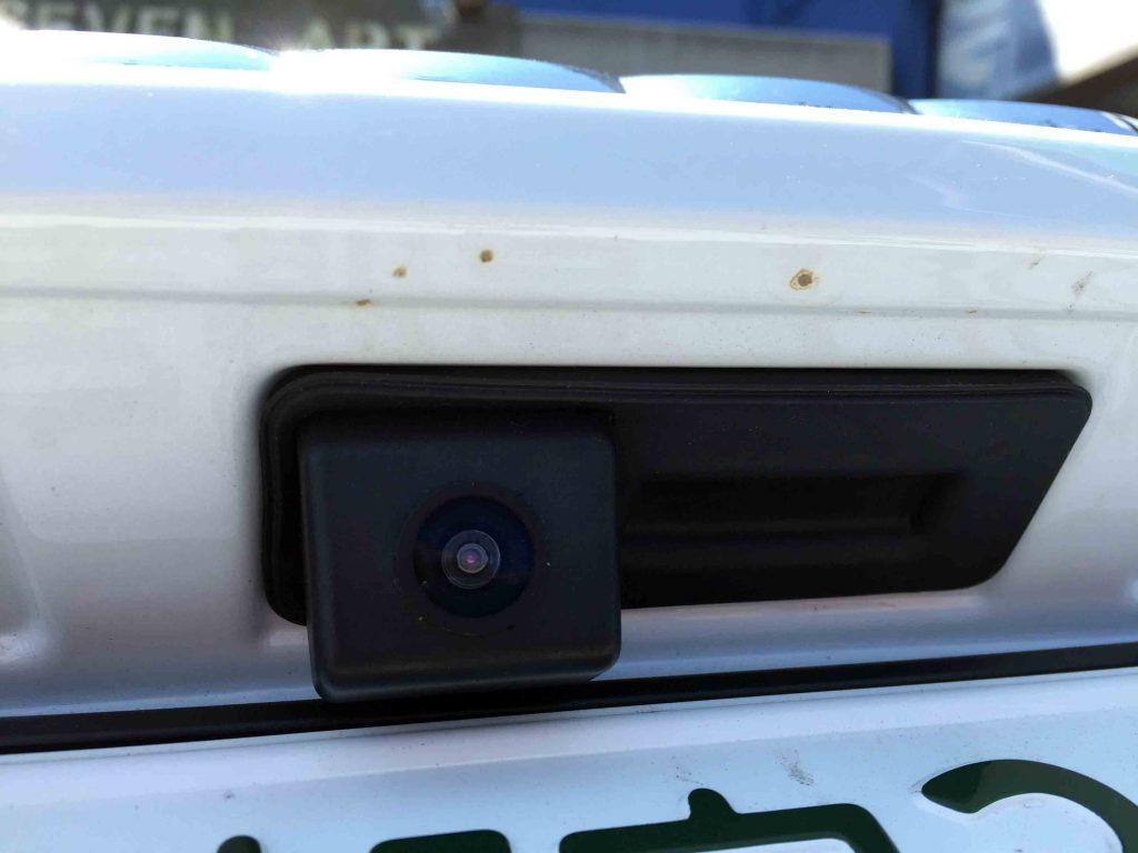 アウディA1のリアゲードオープナー交換タイプのバックカメラ配線ユニット