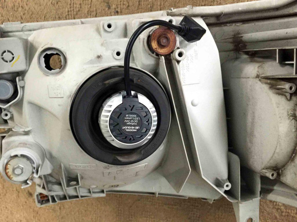 トヨタ200系ハイエースのヘッドライトにLEDランプ本体を取り付けます