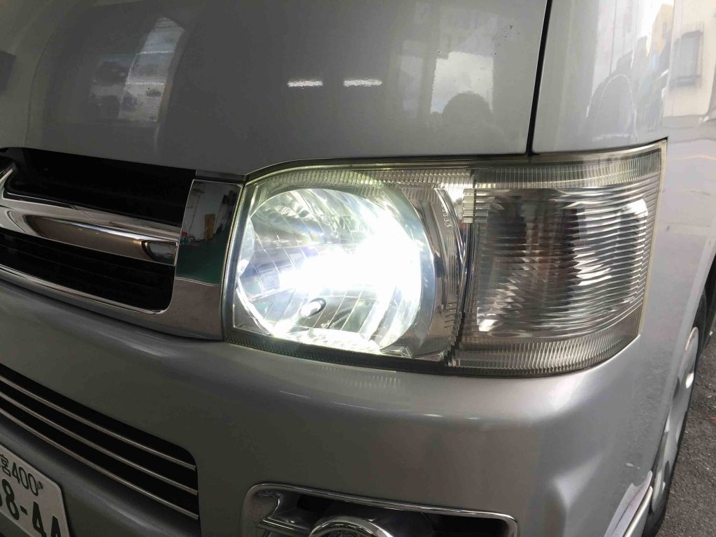 トヨタ200系ハイエースのヘッドライトをハロゲンからLEDへ換装