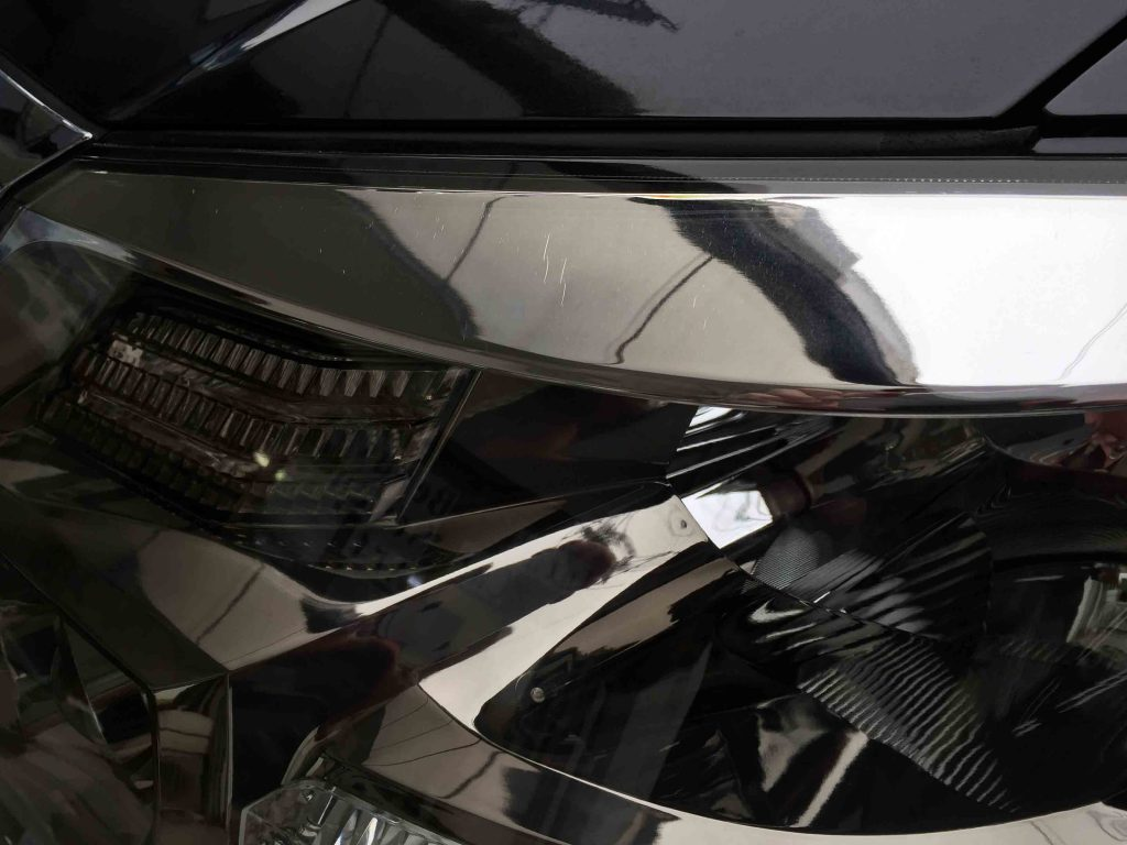 トヨタアルファードのヘッドライトレンズリフレッシュ後は透明度もアップ(助手席側)