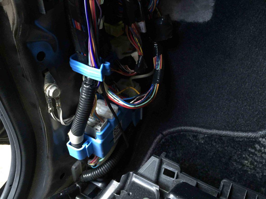 トヨタハリアーのリバース信号配線を取り出します。