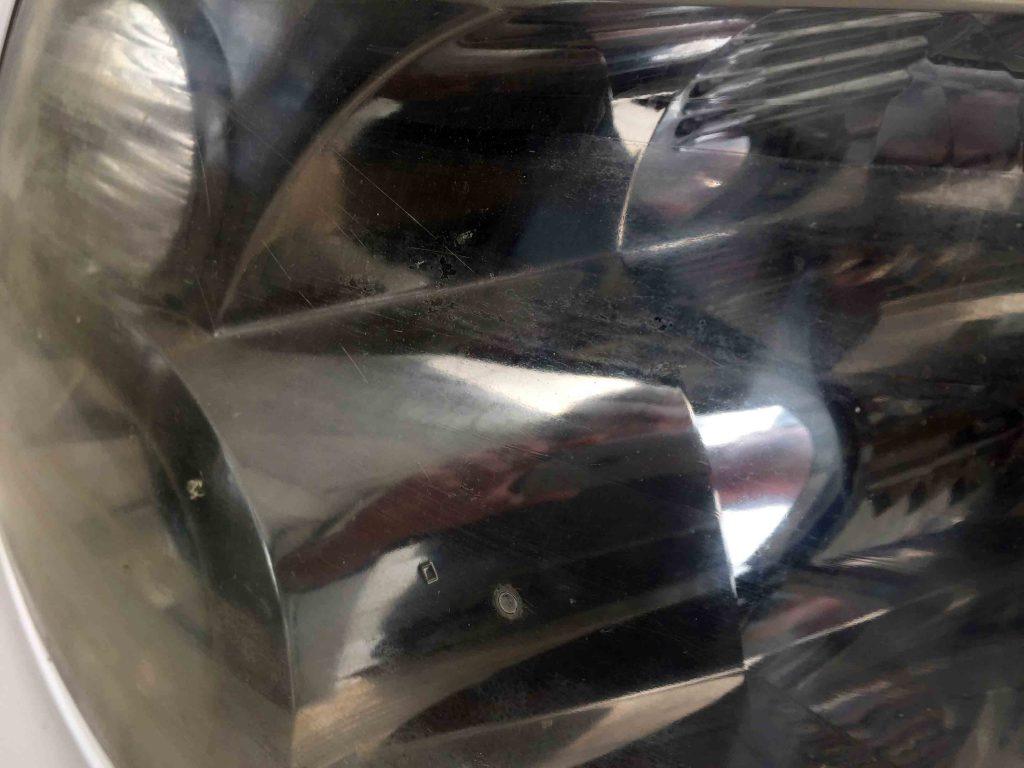 トヨタ10系アルファードのヘッドライトレンズ表面のコーティングの剥がれ(助手席側)