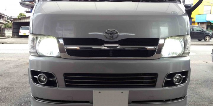 トヨタ200系ハイエースに取り付けたLEDヘッドランプの点灯状態