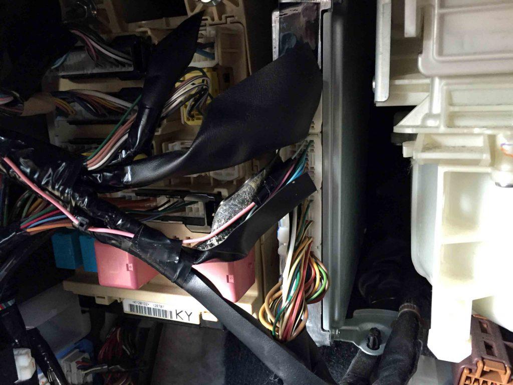 トヨタハリアーの車速配線をECUから取り出します。