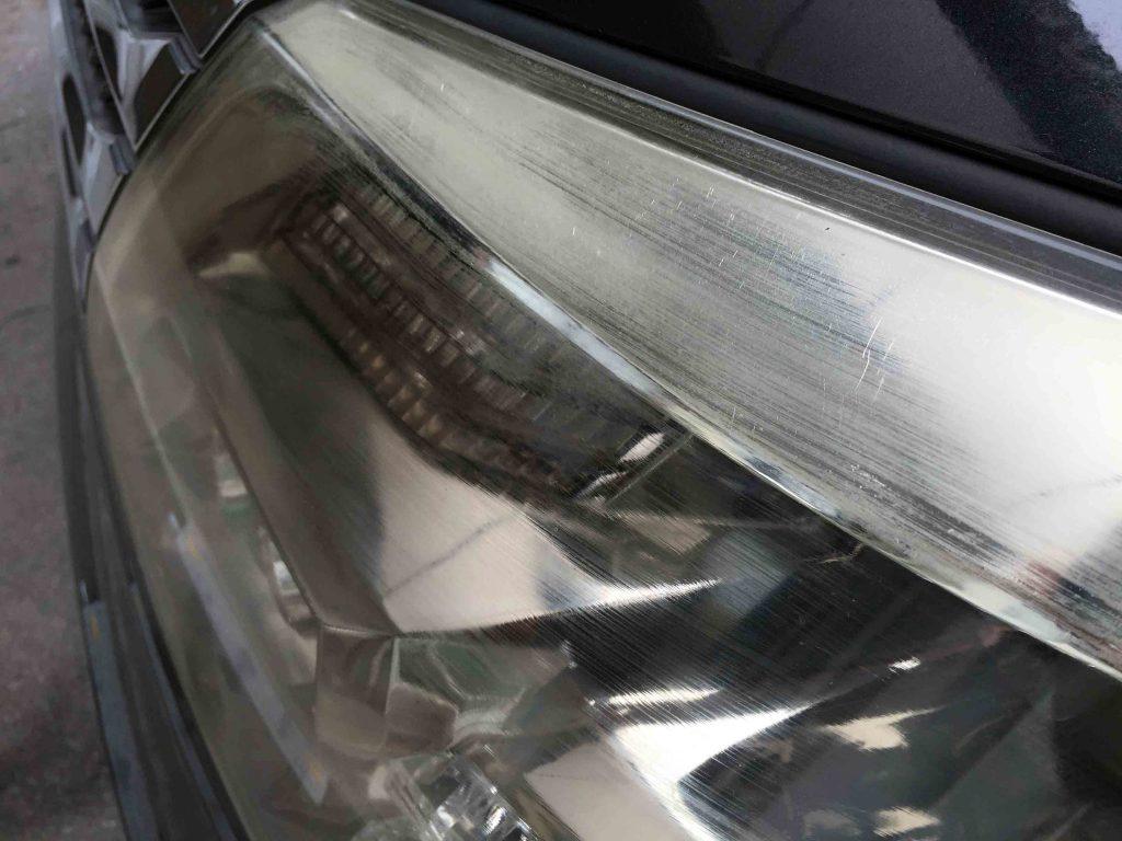 トヨタアルファードのヘッドライトレンズ表面の劣化状態(助手席側)
