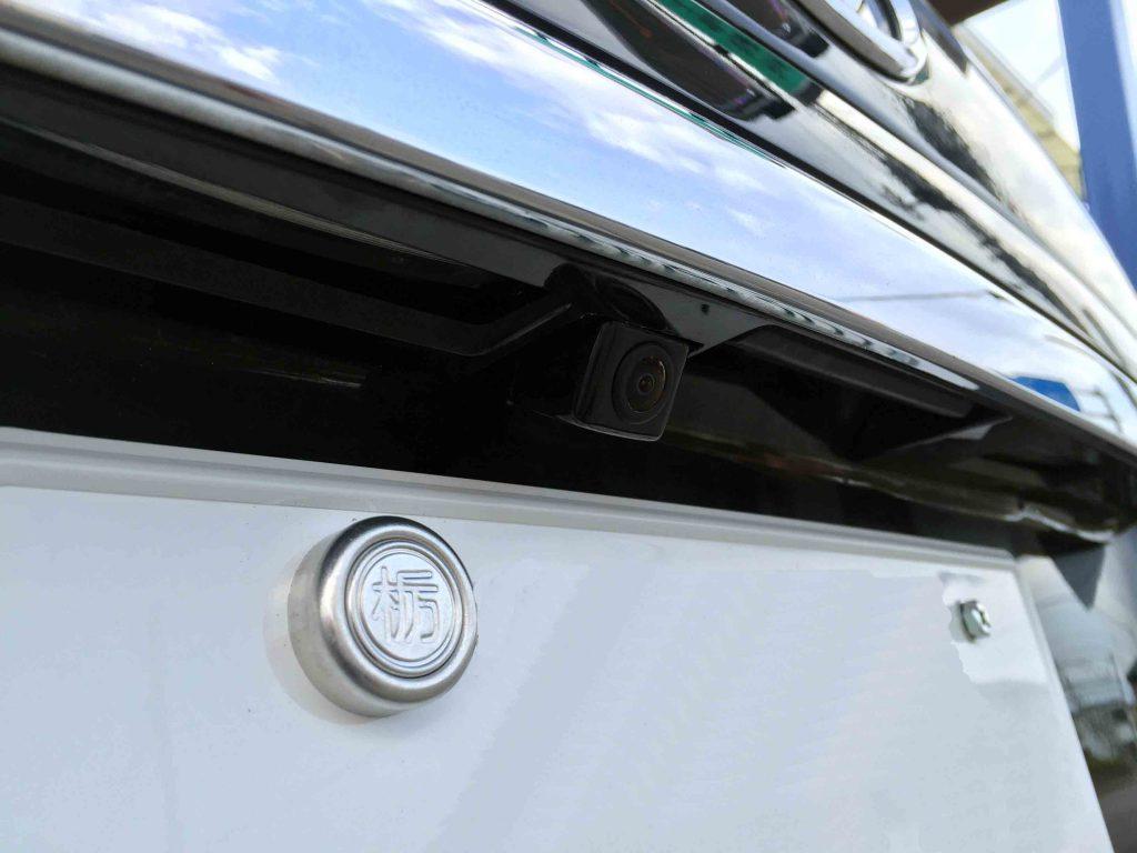 トヨタハリアーへ取り付けたバックカメラはリアガーニッシュ内部へ埋め込みました