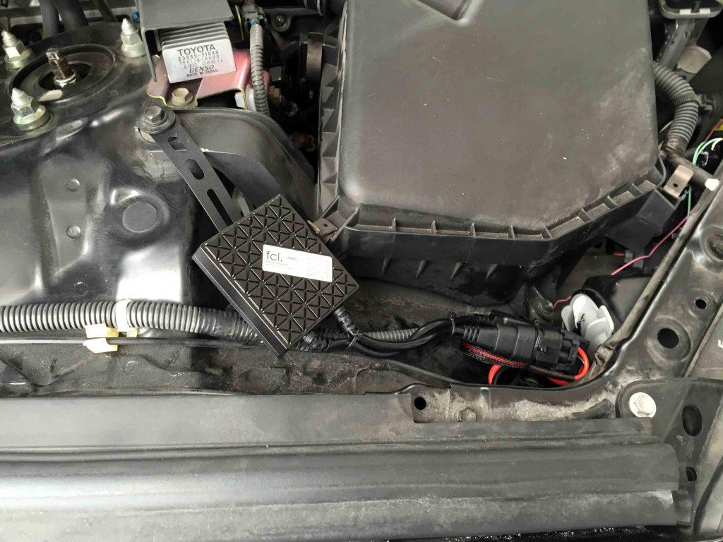 トヨタマークXへ取り付けたHIDキットのバラスト(運転席側)