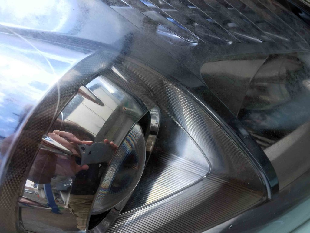 トヨタプリウスのヘッドライトレンズが劣化しくすんでいます
