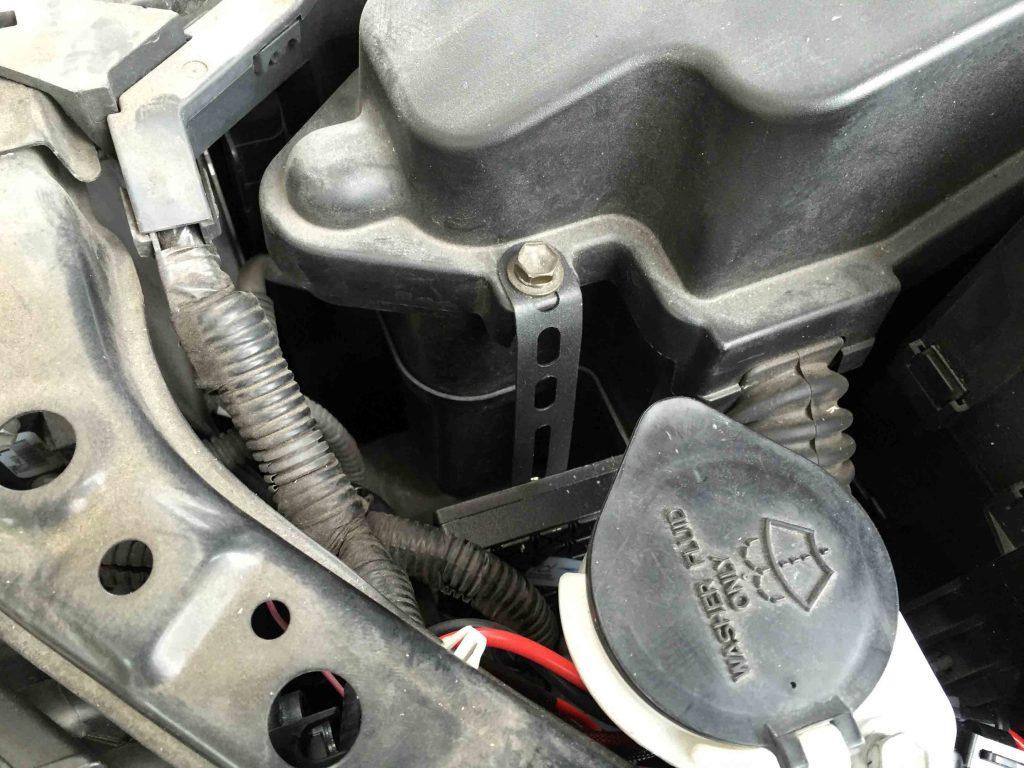 トヨタマークXへ取り付けたHIDキットのバラスト(助手席側)
