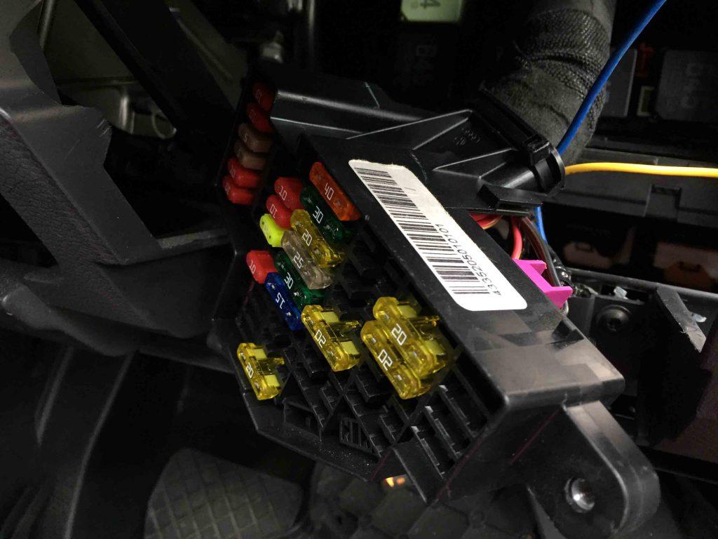 VWゴルフバリアントへ取り付けるドライブレコーダーの電源を確保します