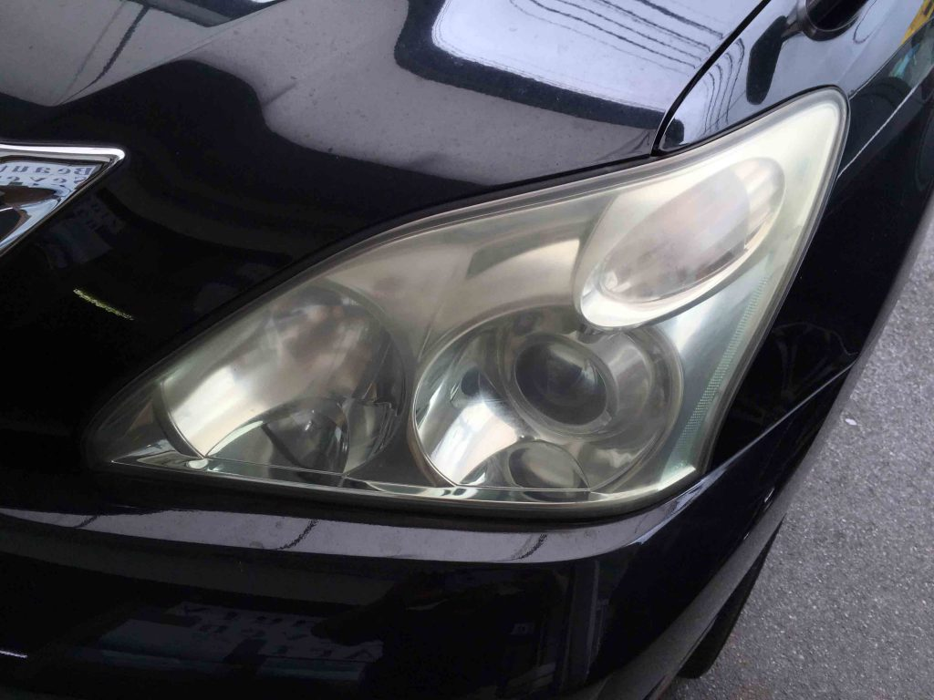 トヨタ30系ハリアーのヘッドライトレンズが劣化しくすみや黄ばみが発生しています