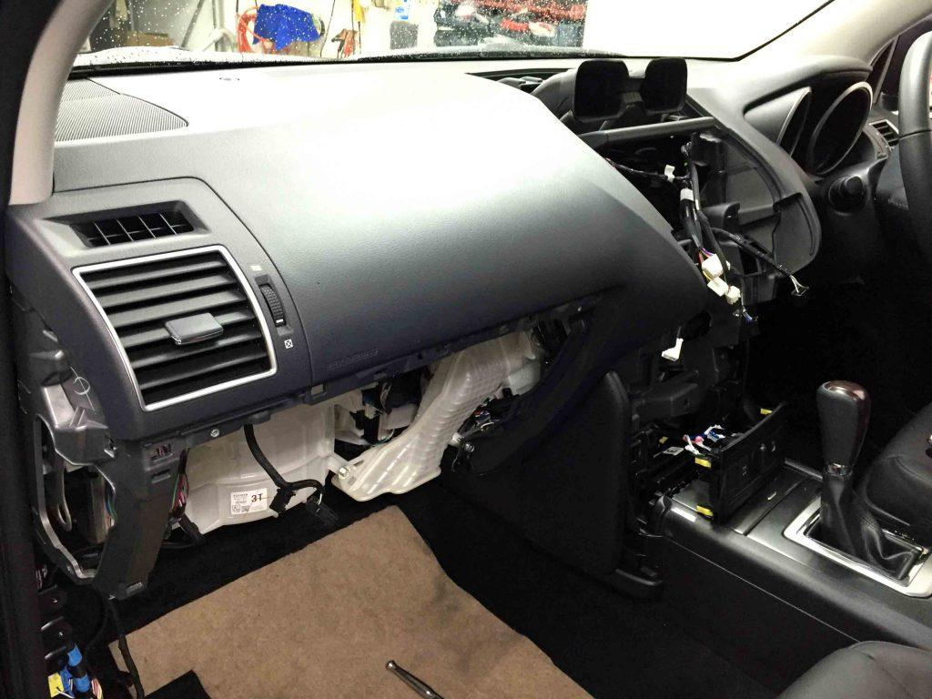 トヨタ150系ランドクルーザープラドのパネル類を取り外します