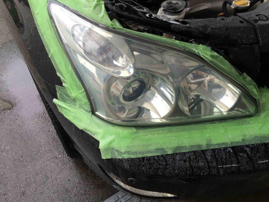トヨタ30系ハリアーのヘッドライトレンズのトップコートを剥がした時に付いたペーパー目を除去します