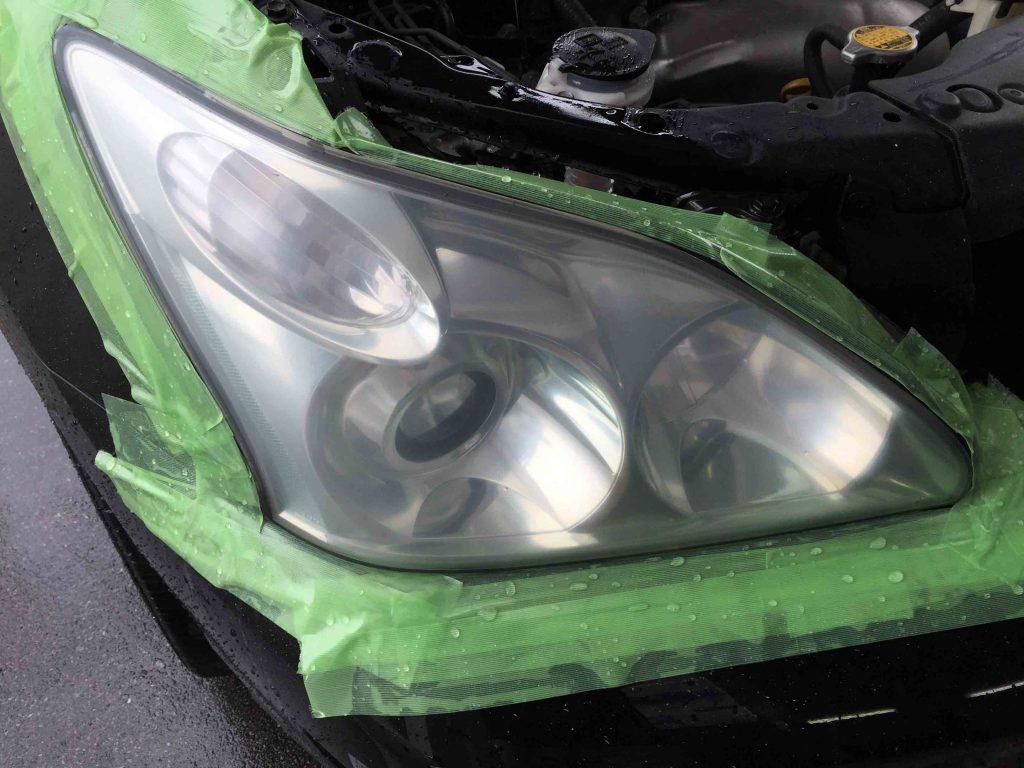 トヨタ30系ハリアーのヘッドライトレンズの劣化したトップコートを全て剥がします
