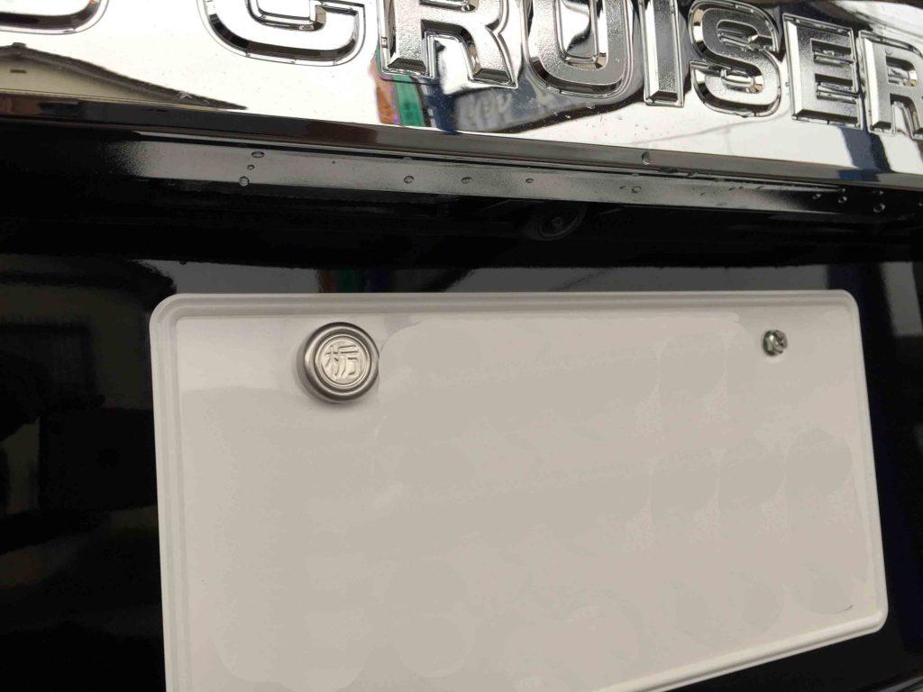 トヨタ150系ランドクルーザープラドへ取り付けたバックカメラは埋め込み加工しました