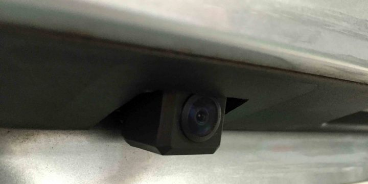 スバルレガシィアウトバックのリアガーニッシュへ埋め込みしたバックカメラ