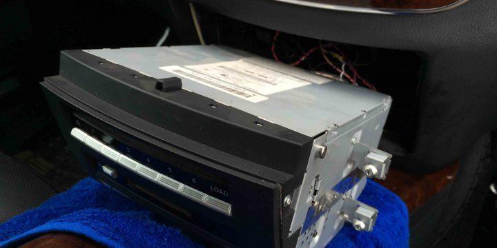 メルセデスベンツW212-SクラスTVキャンセラーの配線を接続します。