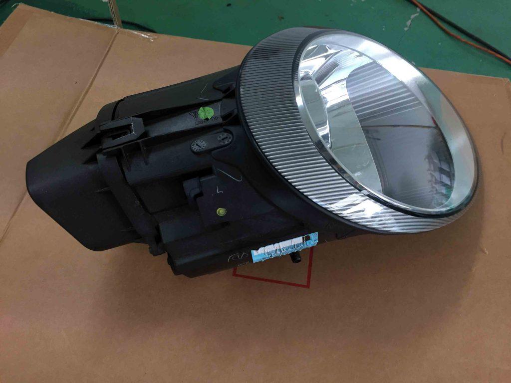 ポルシェ911(997)のヘッドライト本体を車両より取り外します。