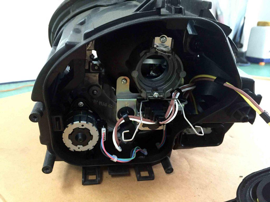 ポルシェ911(997)のヘッドライトLoビームのバーナーを取り外します。