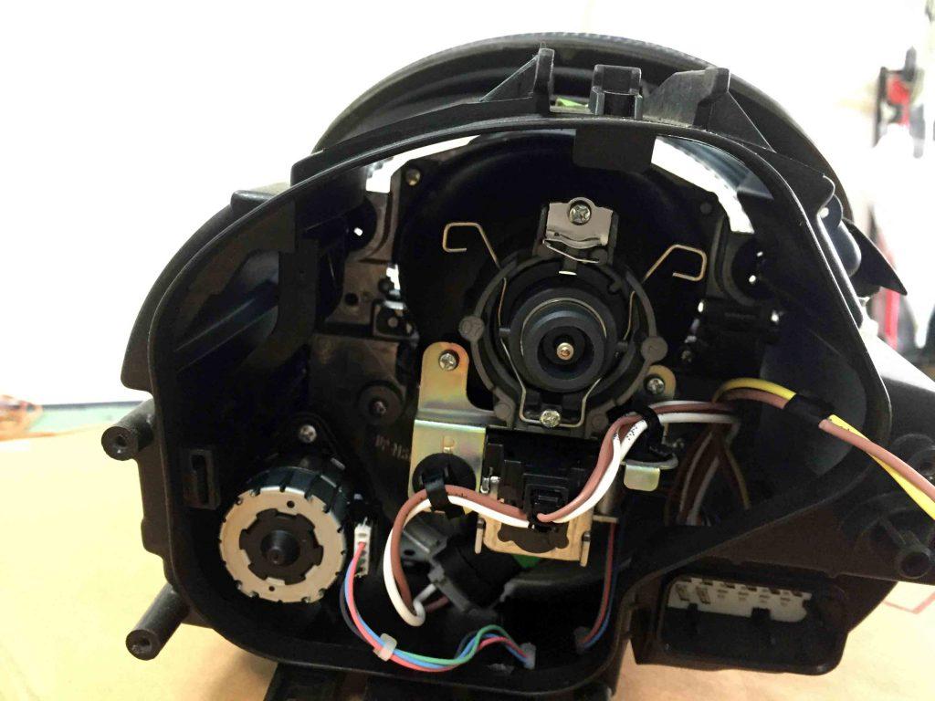 ポルシェ911(997)のヘッドライトLoビームのコネクターを外します。