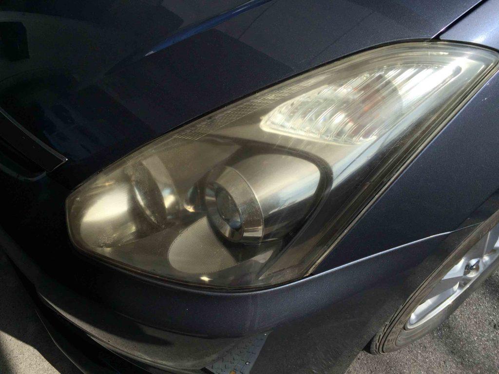 トヨタウィッシュのヘッドライトレンズ劣化による黄ばみが全体に発生