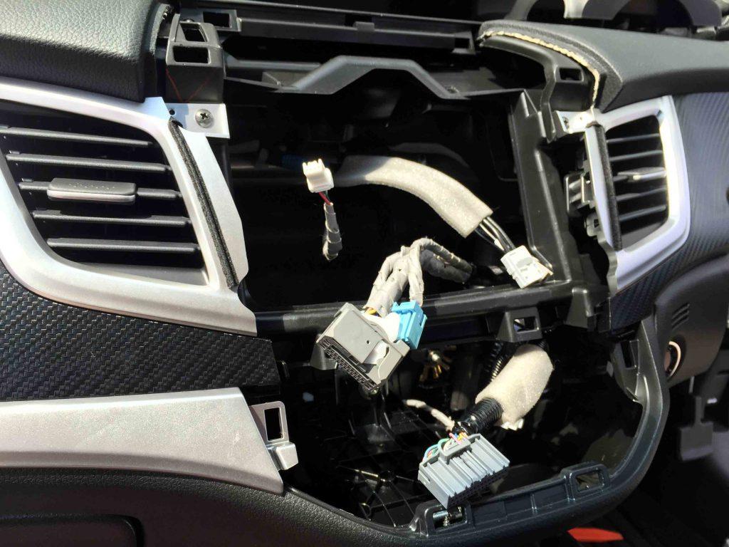 ホンダジェイドのオーディオパネルやエアコンパネルを外してナビを取り付けます。