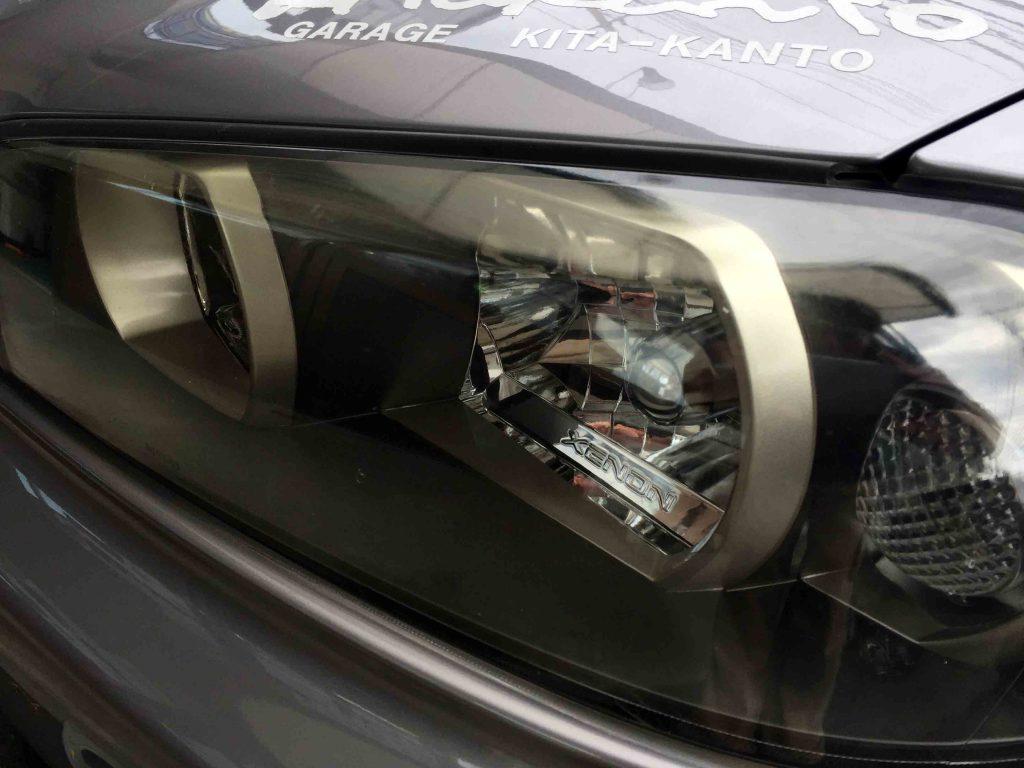 日産R34スカイラインGT-Rのヘッドライト上部のくすみや黄ばみで内部がくすんで見えます