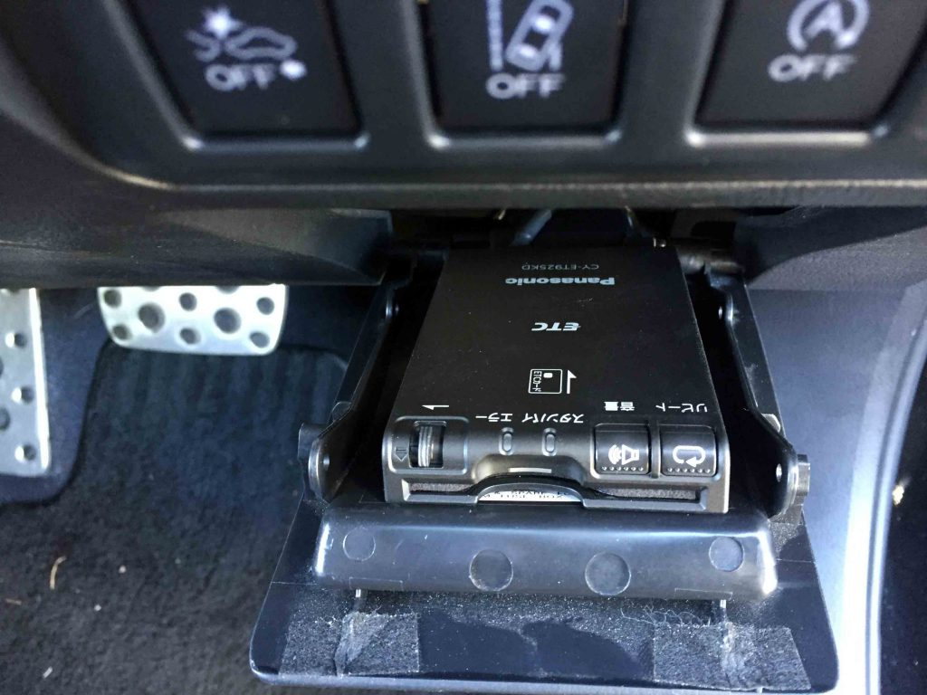スバルアウトバックへ取り付けたETC車載器。
