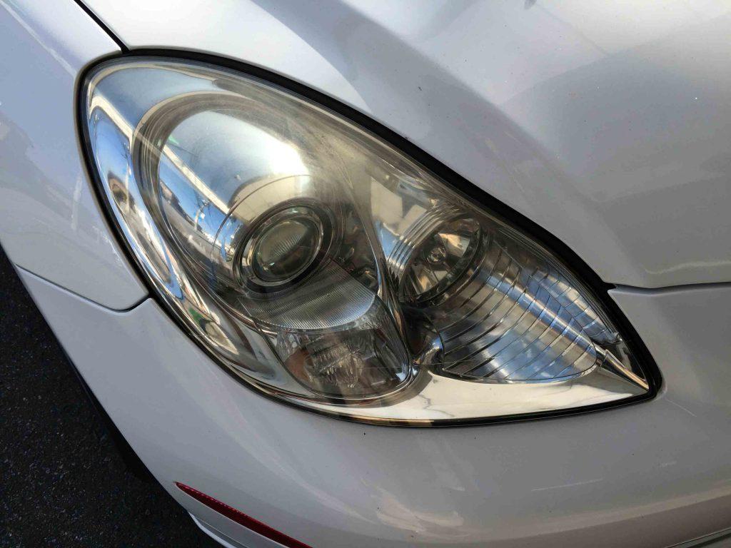 レクサスSC430のヘッドライトレンズが上部の黄ばみが特に酷い状態です。