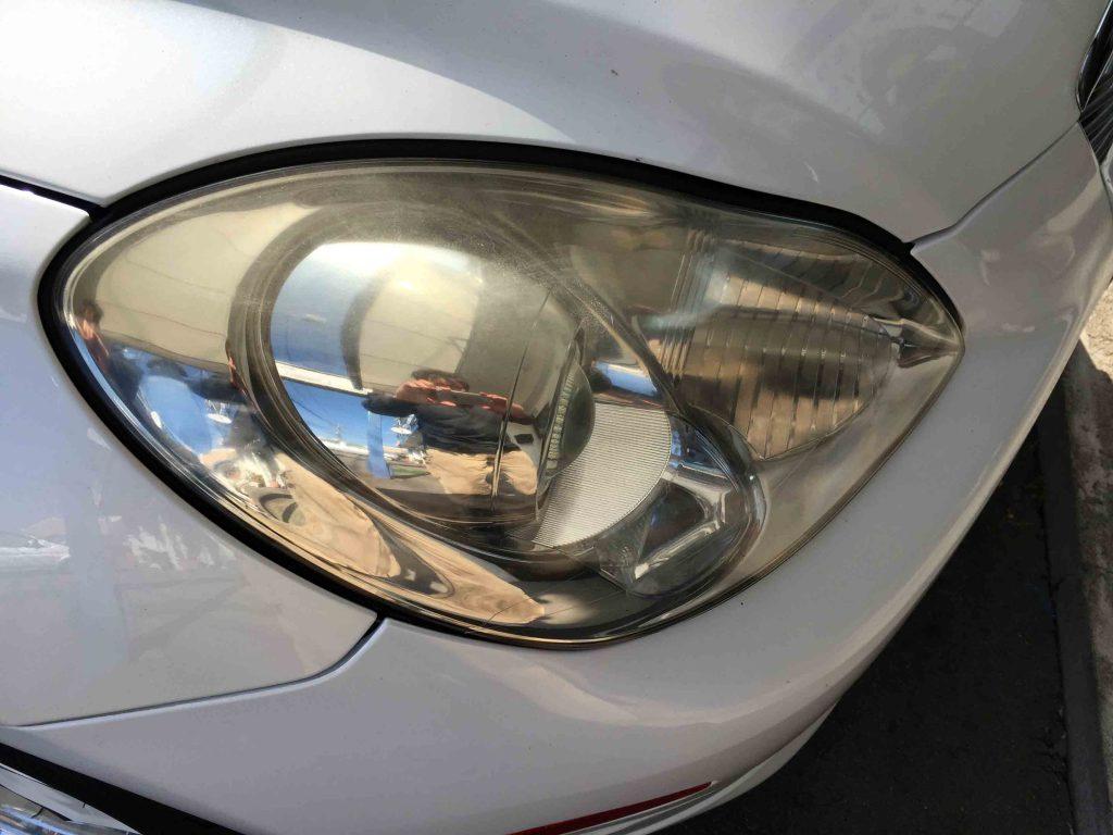 レクサスSC430のヘッドライトレンズが黄ばみ、細かなクラックも入っています。