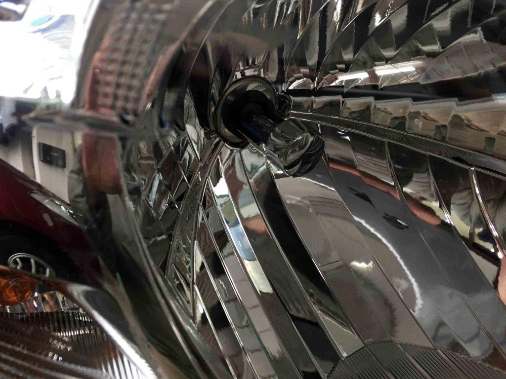 ダイハツタントヘッドライトリフレクター上部が熱によるダメージがあります。