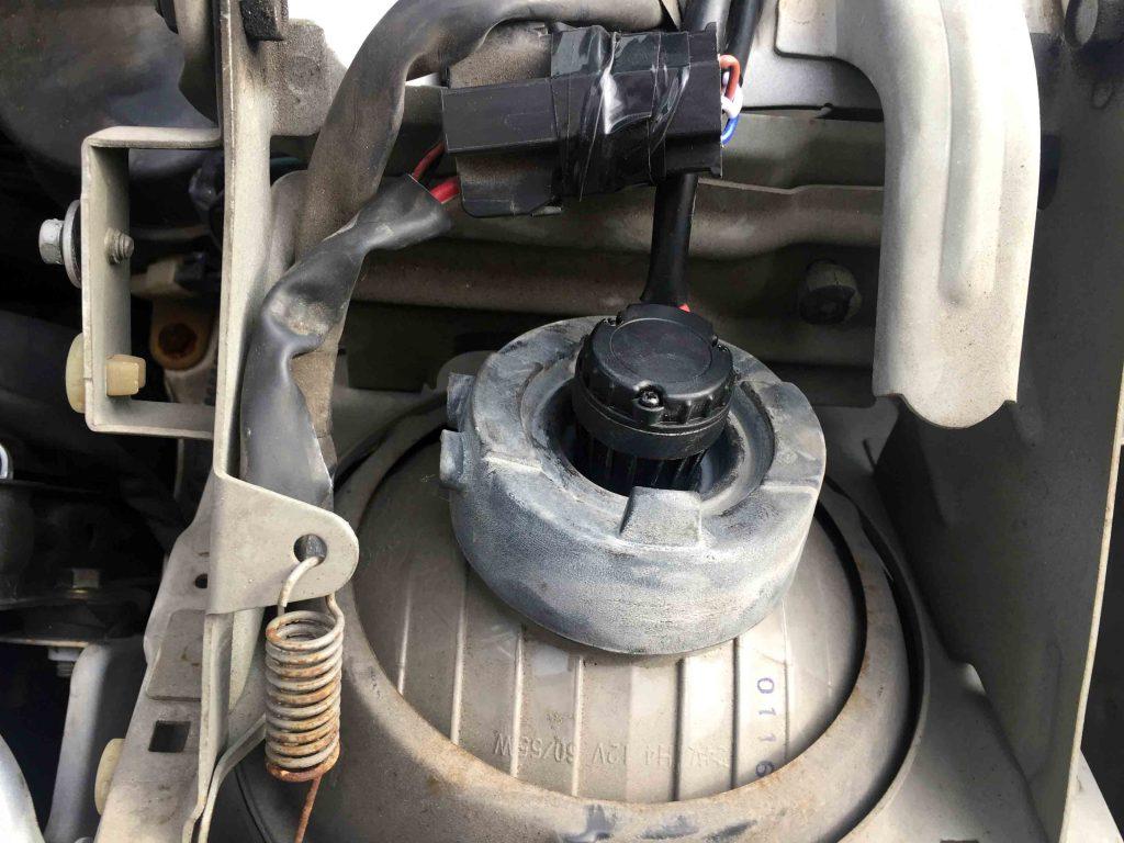 マツダユーノスロードスターNA系のヘッドライトへH4バーナーをセットします。