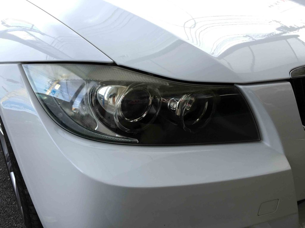BMW E90 3シリーズの劣化し黄ばんだヘッドライト。全体にくすみ汚れたイメージになっています。