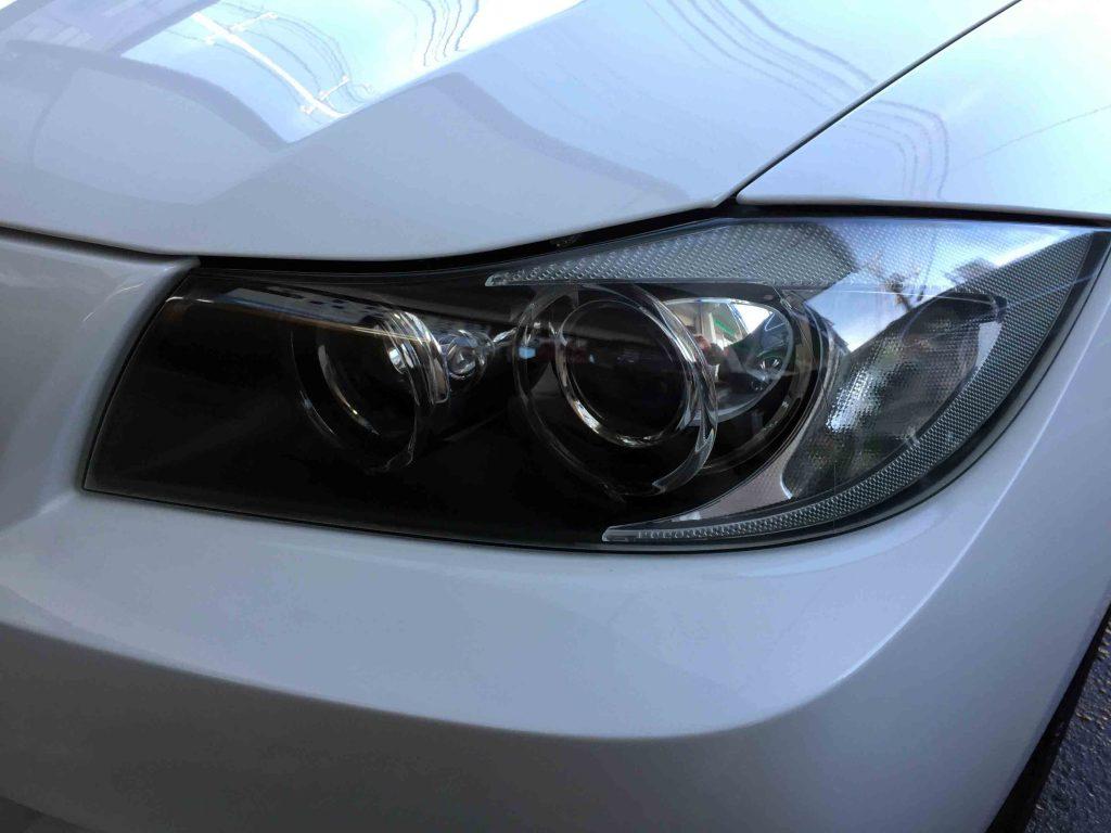 BMW E90 3シリーズの劣化し黄ばんだヘッドライトをリフレッシュ後は本来のヘッドライトレンズへ復活。